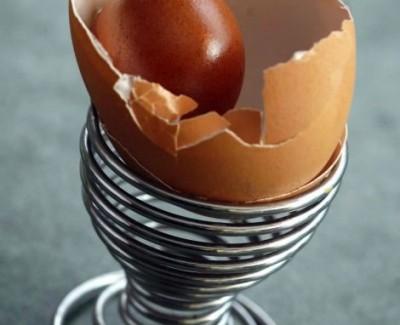 Encuentra un huevo de gallina dentro de otro huevo