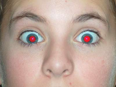 ¿Por qué salimos con los ojos rojos en las fotos?