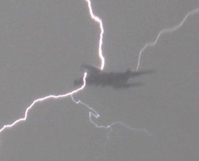Espectacular vídeo de relámpago impactando con un avión