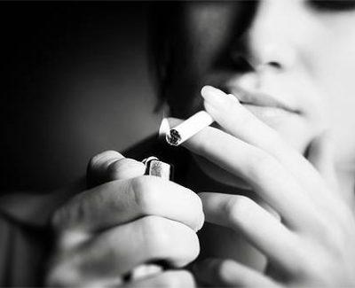 El humo adherido a la piel de los fumadores triplica la nicotina en los bebés
