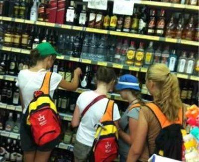 Curiosa imagen: Jovenes de la JMJ preparando el botellón