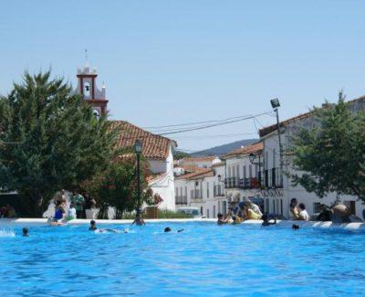 Un pueblo español convierte su plaza en una gran piscina