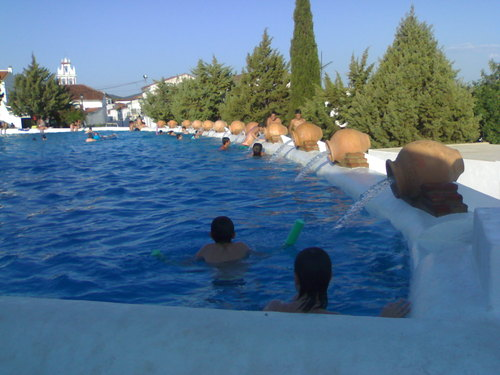 un pueblo espa ol convierte su plaza en una gran piscina