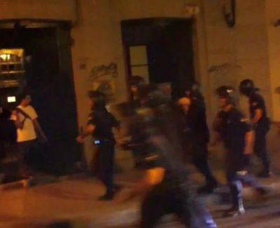[Video] La policía pega a una chica por insultarles y a un fotógrafo tras la manifestación anti-JMJ