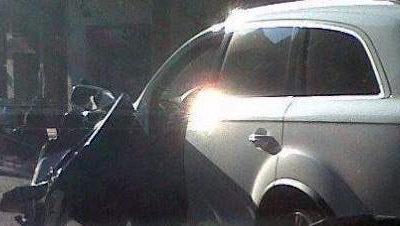 Un autobús destroza la puerta del coche de Gerard Piqué en Barcelona