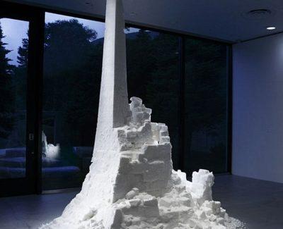 Grandes dibujos y esculturas hechas solo de sal