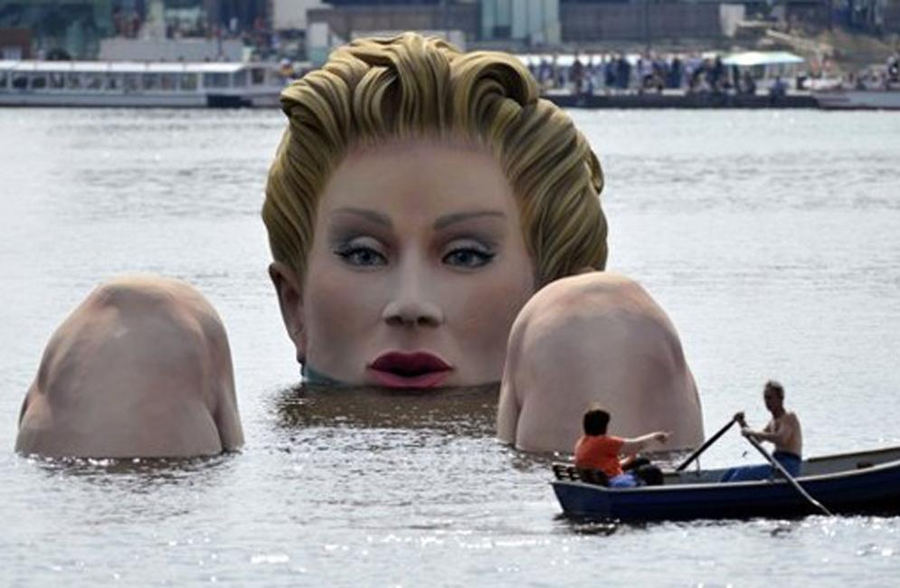 La Dama Gigante en el lago (Hamburgo, Alemania). Foto: olivervoss.com