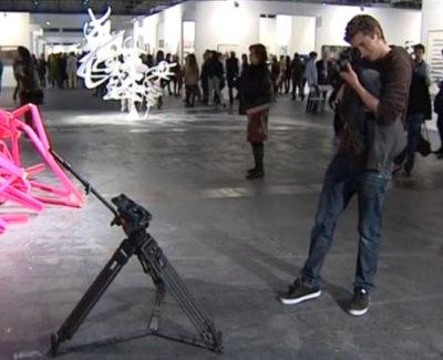 En ARCO, los visitantes confunden un trípode con una obra de arte