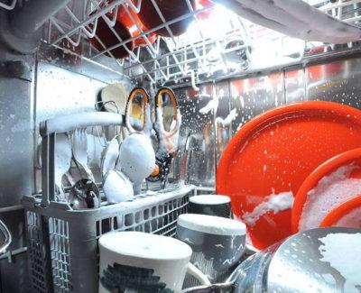 La visión de una cámara dentro del lavavajillas
