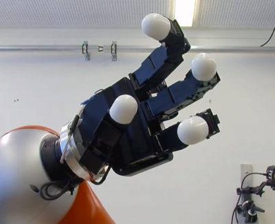 El brazo robótico que atrapa objetos en el aire