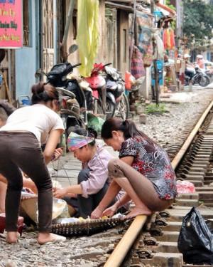 Así circulan los trenes por las calles de Vietnam