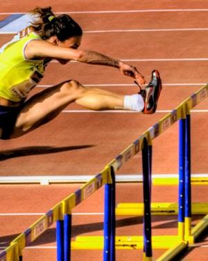 Lo que hace una atleta después de caerse en una carrera