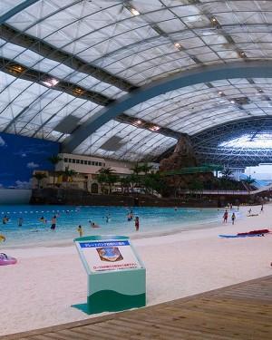 La playa artificial cubierta más grande del mundo