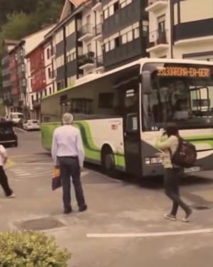 Si el autobús no puede dar la vuelta, ¡que gire la plaza del pueblo!