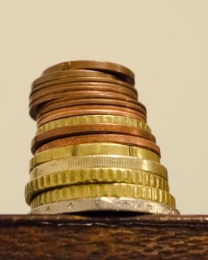 ¿Por qué las monedas tienen ranuras en los bordes?