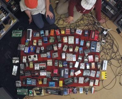 Así suenan 100 pedales de guitarra eléctrica a la vez