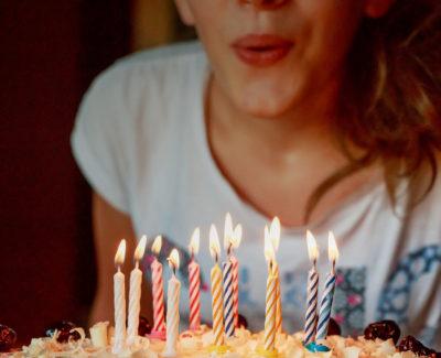 ¿Por qué soplamos las velas en los cumpleaños?